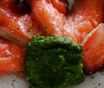 Carpaccio z wędzonego łososia z dipem z czosnku niedźwiedziego