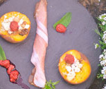 Brzoskwinie umyć, przekroić na pół wydrążyć pestkę. Do każdej połówki włożyć pokruszony ser biały, orzechy włoskie. Całość skroić wędzonym olejem rzepakowym, posypać cukrem i przyprawą prowansalską