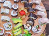 Sushi jest jedną ze zdrowszych potraw, dlatego coraz częściej jest przygotowywane w wielu domach. Tradycyjne sushi jest z rybą bądź owocami morza. Dla odmiany można zrobić sushi w polskim klimacie, np. z wieprzowiną i domową wędzoną wędliną.