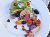 Polędwiczka wieprzowa na trzy sposoby podana z warzywami i kurkami smażonymi na maśle.