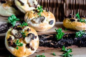 Drożdżówki z grzybami i serem