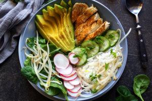 Buddha bowl: miska rozmaitości z ryżem, kurczakiem i awokado