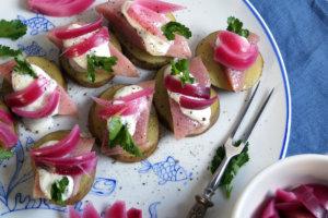 Matias z ziemniakami i marynowaną cebulą