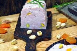 Szynka z indyka z morelami i pistacjami