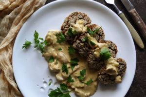 Kotleciki grzybowe z kaszy z sosem grzybowym