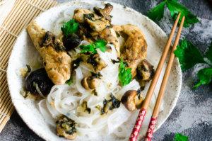Makaron ryżowy z piersią z kurczaka i grzybami